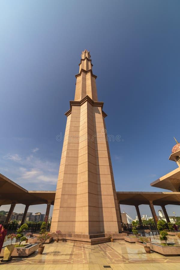 吉隆坡/马来西亚:2019年4月22日:普特拉贾亚著名游人美丽的圆顶盒盖桃红色Masjid马哈尤丁布特拉清真寺回教清真寺  图库摄影
