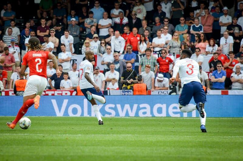 吉马朗伊什,葡萄牙- 2019年6月09日:在UEFA国家同盟决赛期间的凯文Mbabu在瑞士之间的第三名的 免版税库存照片