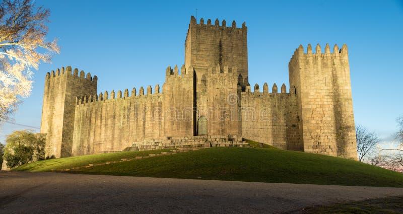 吉马朗伊什城堡在葡萄牙在与灯的晚上 免版税库存图片