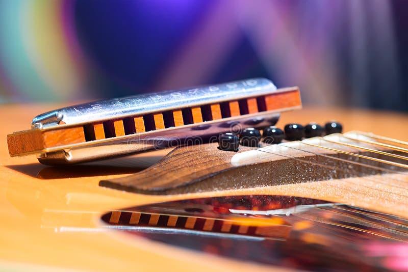 吉他串细节与支持的口琴的国家的mu 图库摄影
