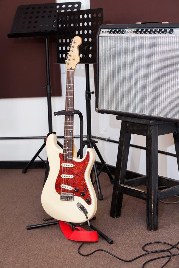 吉他和条频器在录音室 库存图片