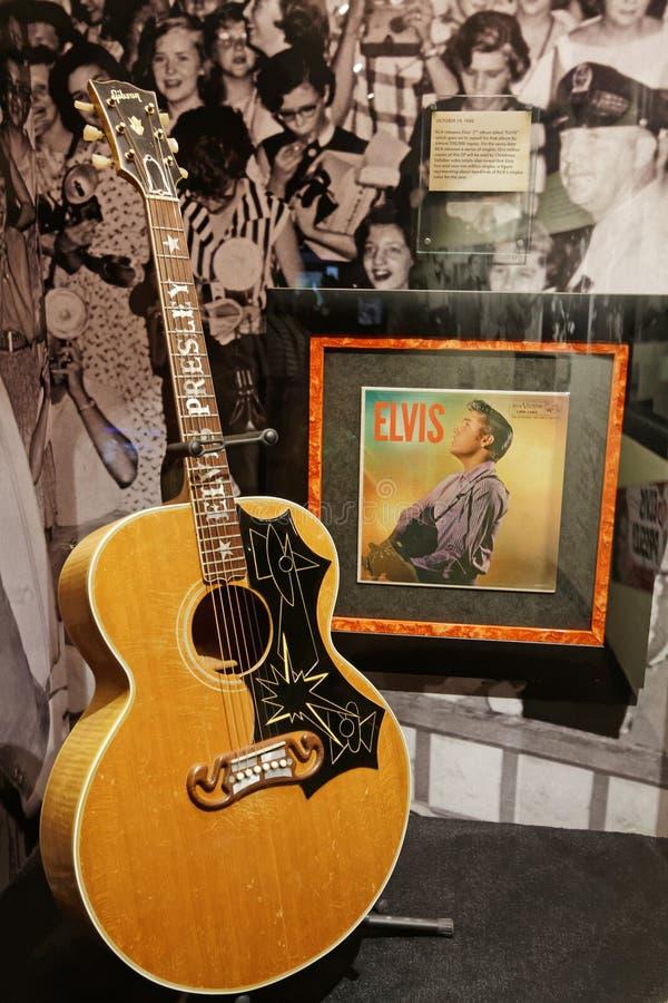 吉他和纪录从猫王在商店窗口里 免版税库存图片