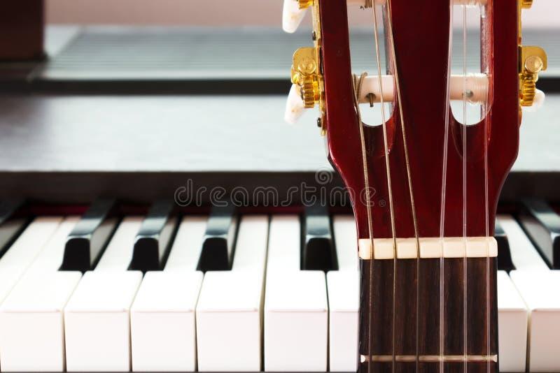 吉他和钢琴 免版税库存照片