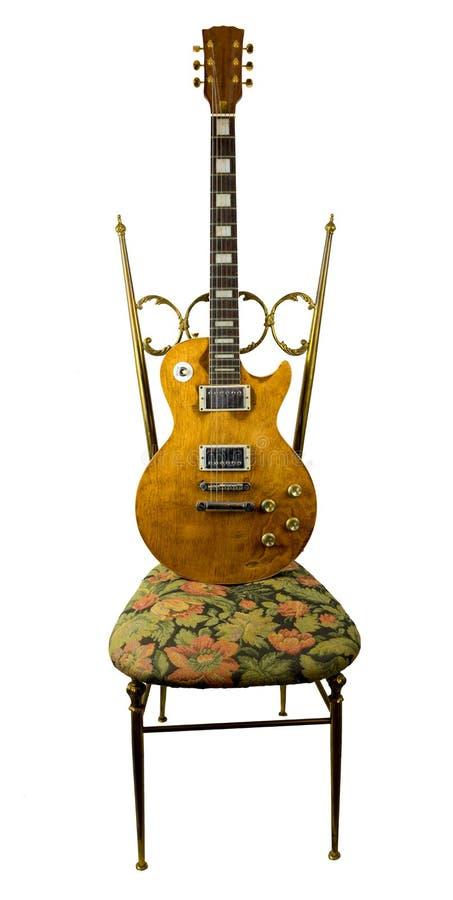 吉他在椅子的被豁免的身分 免版税库存图片