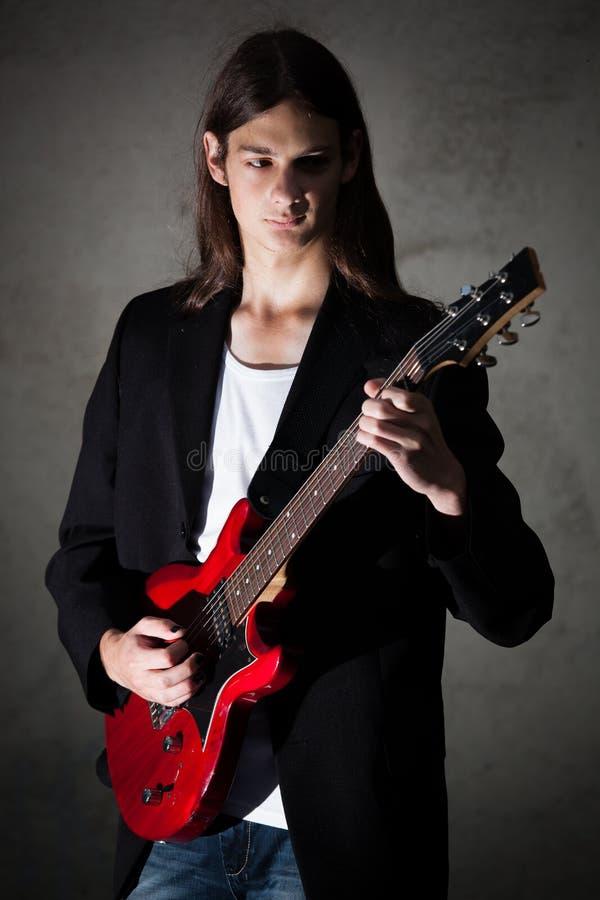 年轻吉他弹奏者 库存照片
