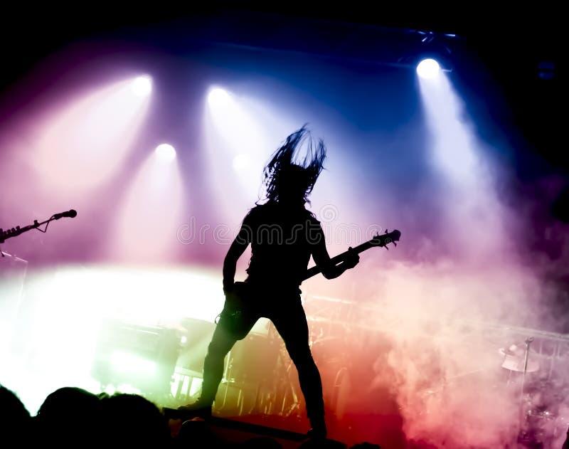 吉他演奏员剪影行动的对阶段 免版税库存照片
