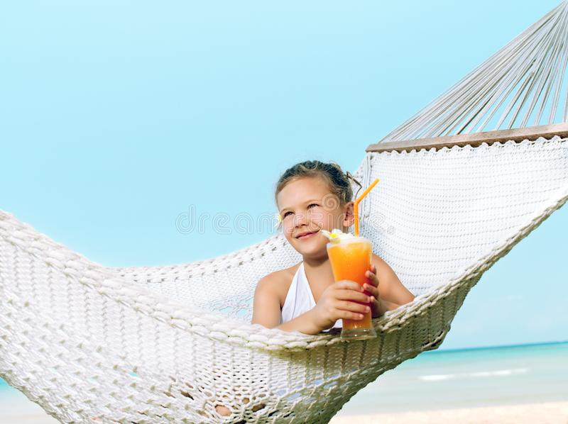 吊床的女孩在海滩 免版税图库摄影