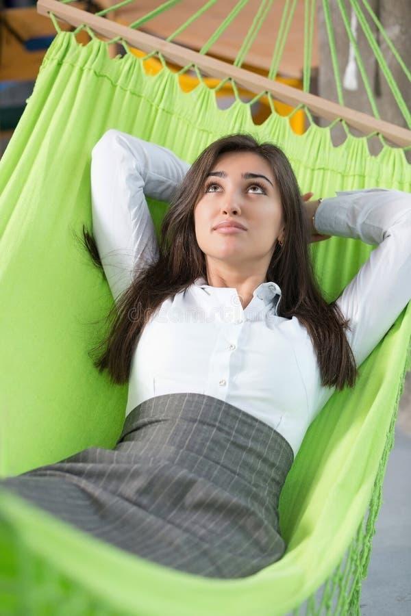 吊床的妇女 免版税库存图片