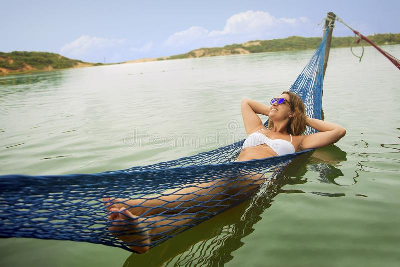 吊床的巴西妇女在水中 免版税库存图片