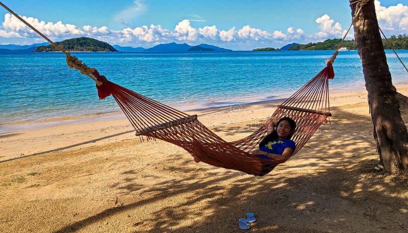 吊床的泰国女孩 免版税库存图片