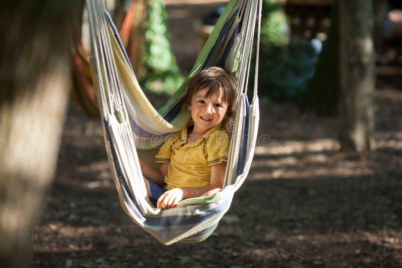 吊床的笑的孩子 库存照片