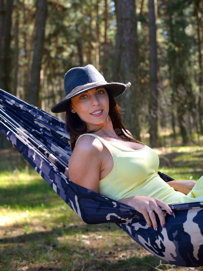 吊床的年轻美丽的妇女 免版税图库摄影