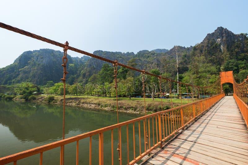 吊桥和多山风景在Vang Vieng 库存图片