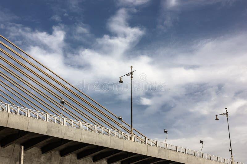 吊桥和美丽的火杆特写镜头在天空蔚蓝和云彩 库存照片