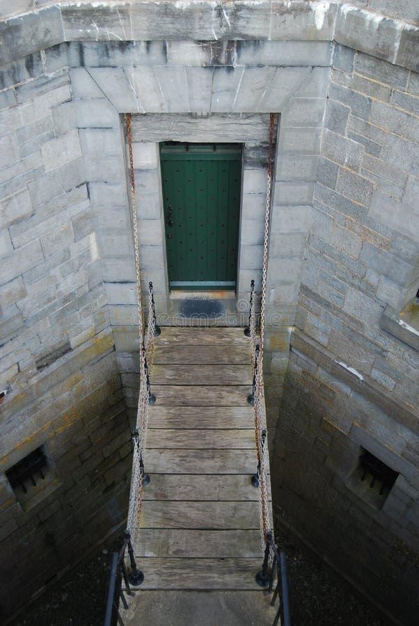 吊桥和门 免版税库存照片