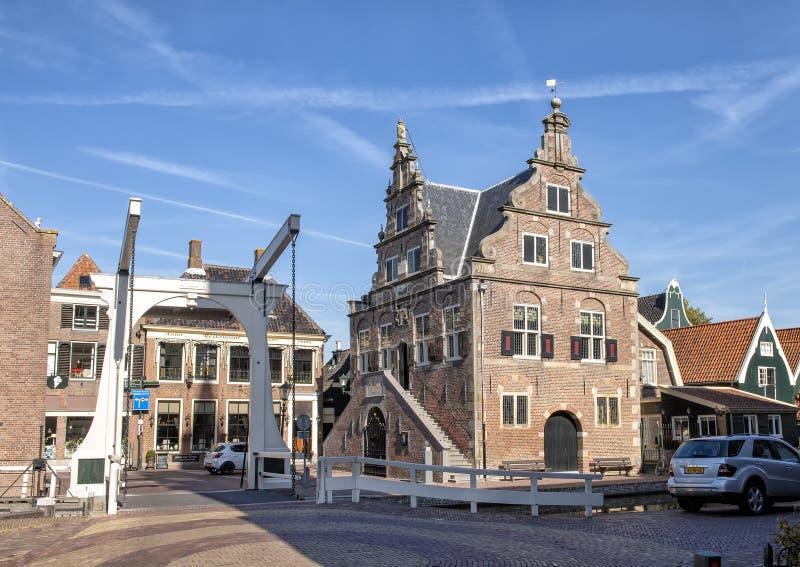吊桥和De Rijp,荷兰城镇厅  库存照片