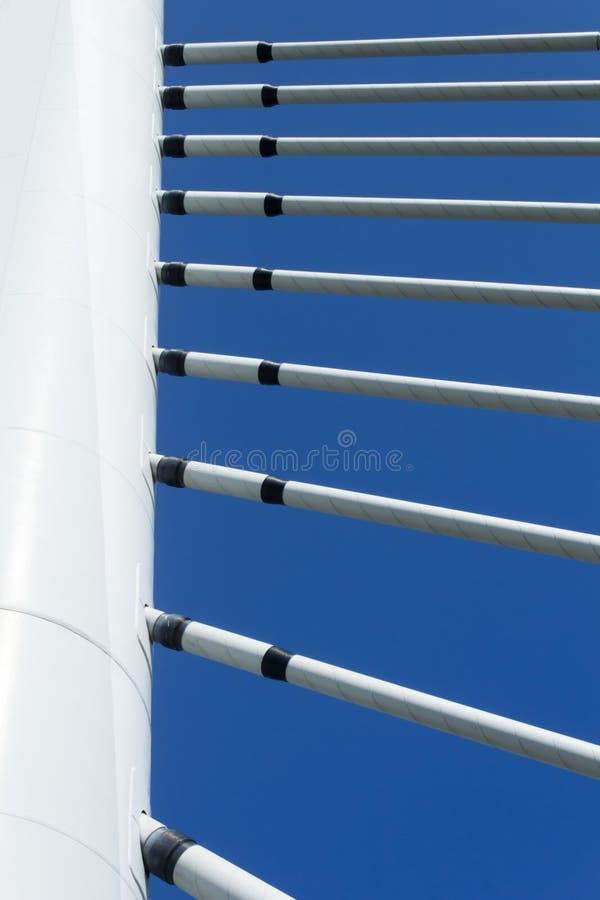 吊桥塔和悬挂装置在清楚的天空蔚蓝下 库存照片