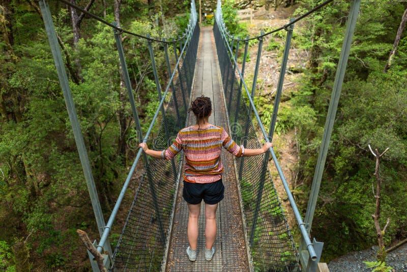 吊桥的妇女 图库摄影