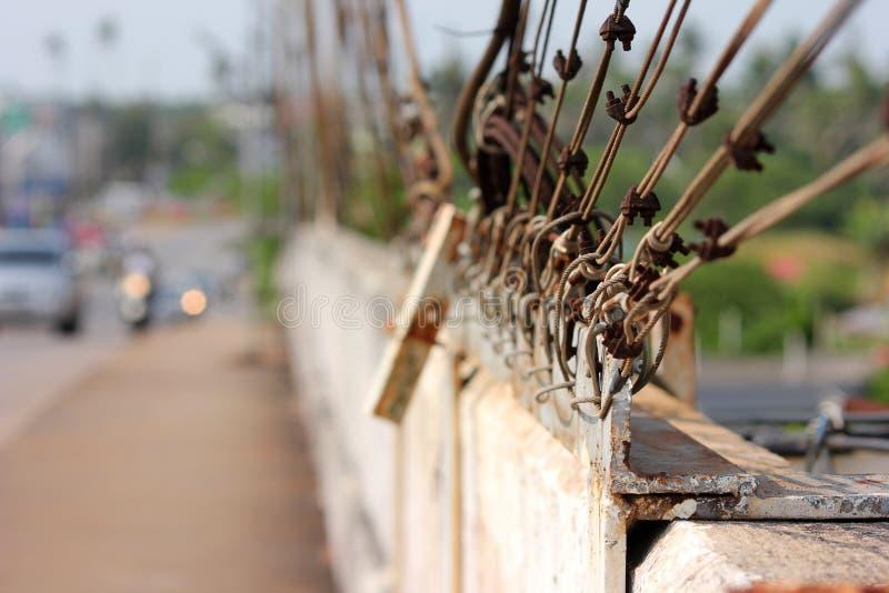 吊索和夹子在桥梁 库存图片