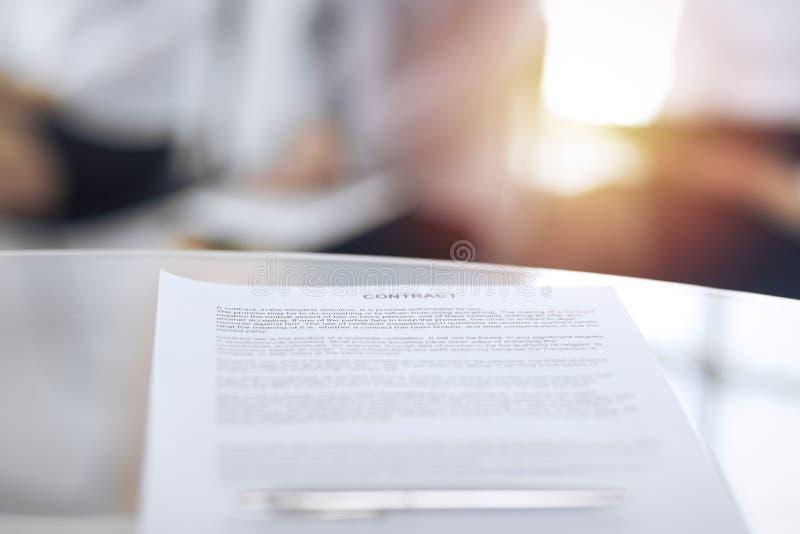 同一个笔和被弄脏的商人背景的,特写镜头的合同 等待采访的女性候选人在 免版税图库摄影