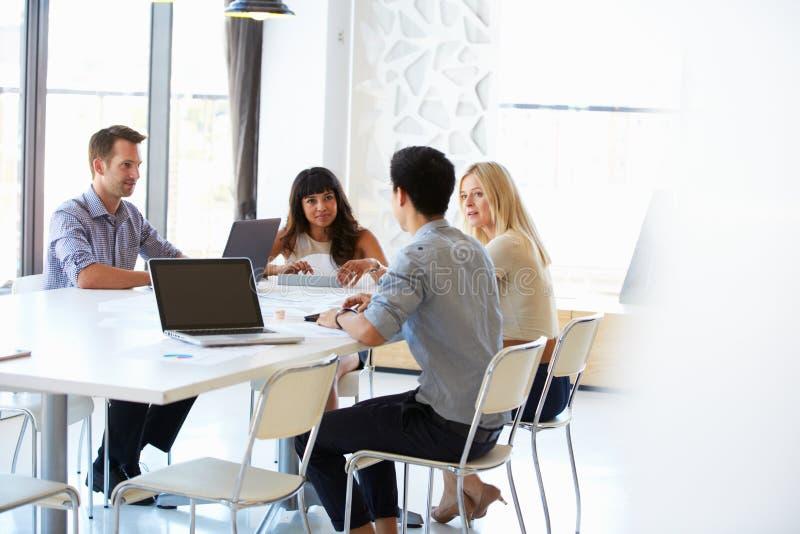 同事在办公室会议上 免版税库存图片