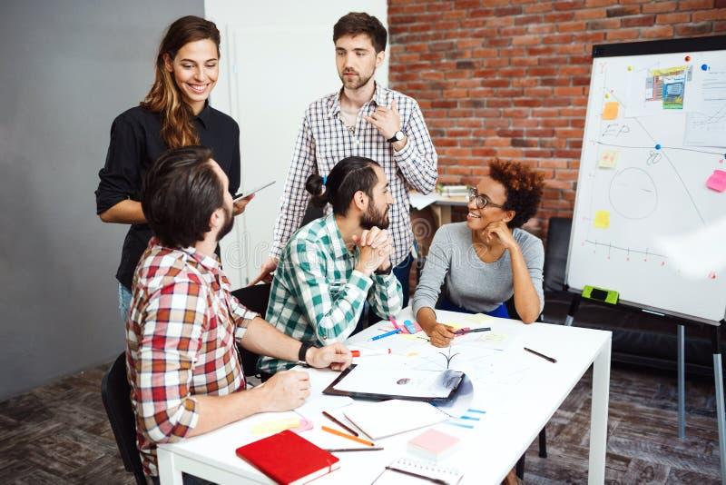 同事谈论新的想法在业务会议上 免版税图库摄影