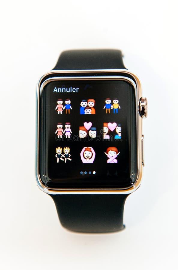 同性恋和hetereosexual家庭emojy在苹果计算机手表 免版税库存图片