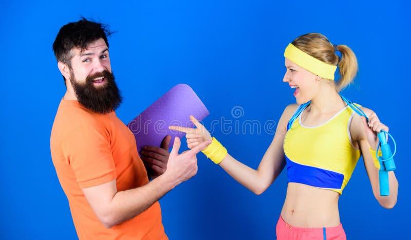 同时大家达到更多 : r E 愉快的妇女和有胡子的人 图库摄影