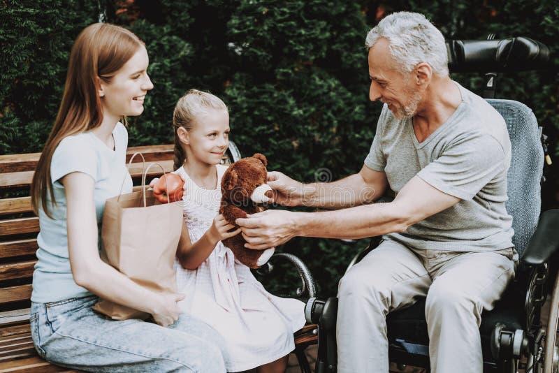 同时步行本质上 轮椅的老人 图库摄影