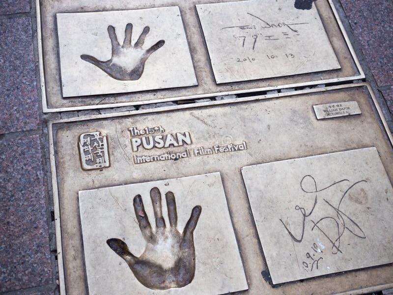 名人在一击正方形的电影明星指纹 免版税库存图片