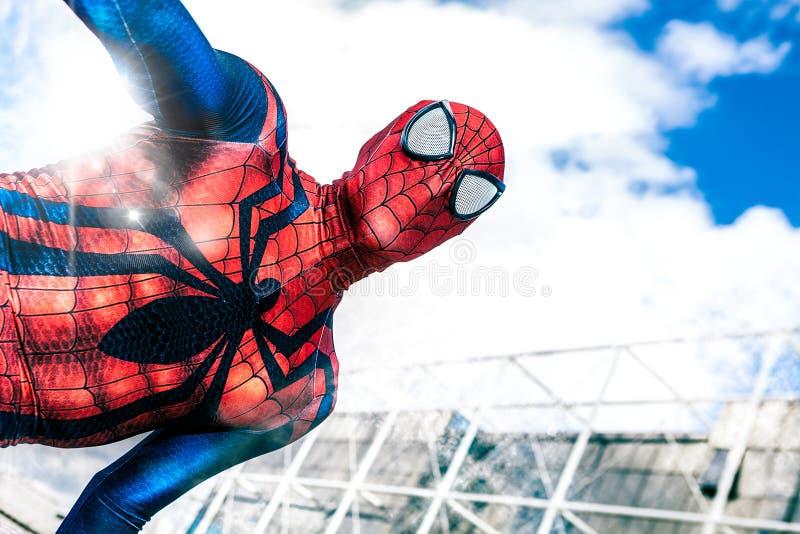 名人漫画 高空作业的建筑工人奇迹漫画超级英雄 高空作业的建筑工人 免版税库存照片