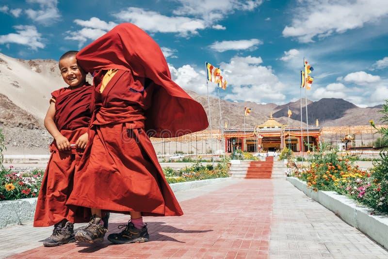20名威严的两名小修士在THiksey修道院里 库存照片