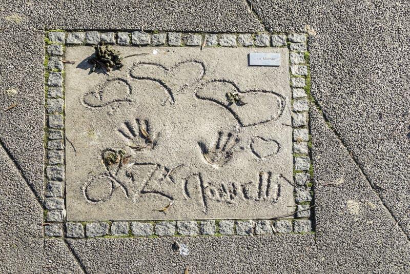 名字和星手印刷品在名望慕尼黑步行的在的 免版税库存照片