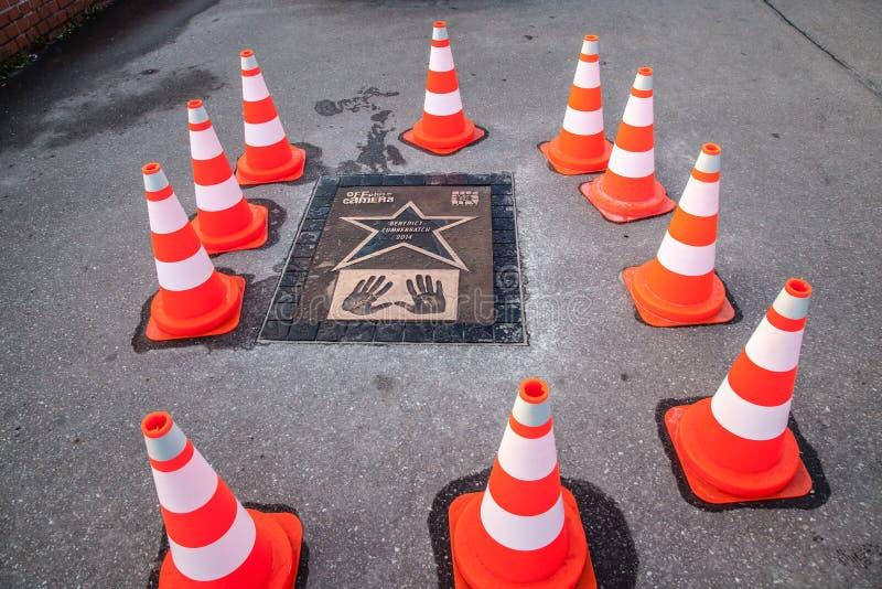 名望步行与班奈狄克・康柏拜区板材的 免版税库存图片