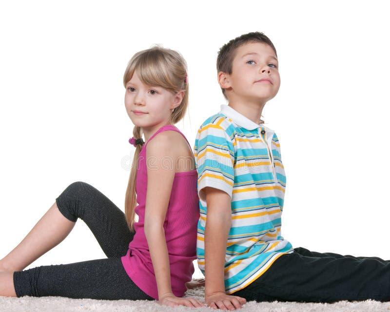 后侧方孩子坐周道 免版税库存图片