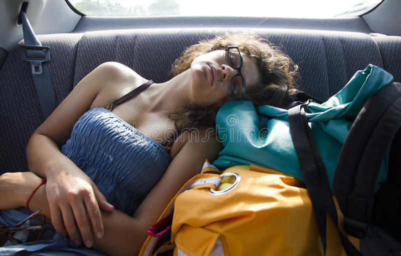 后座汽车休眠的妇女 免版税图库摄影