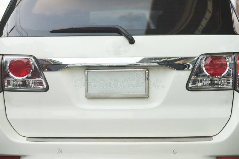 后方方面或SUV汽车后面看法及时在路的白天 免版税库存照片
