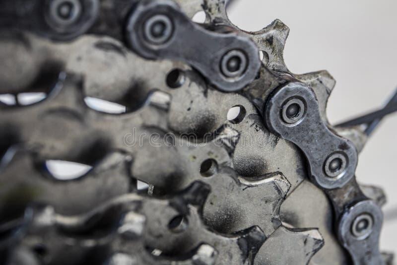 后方齿轮细节和山连骑自行车 图库摄影