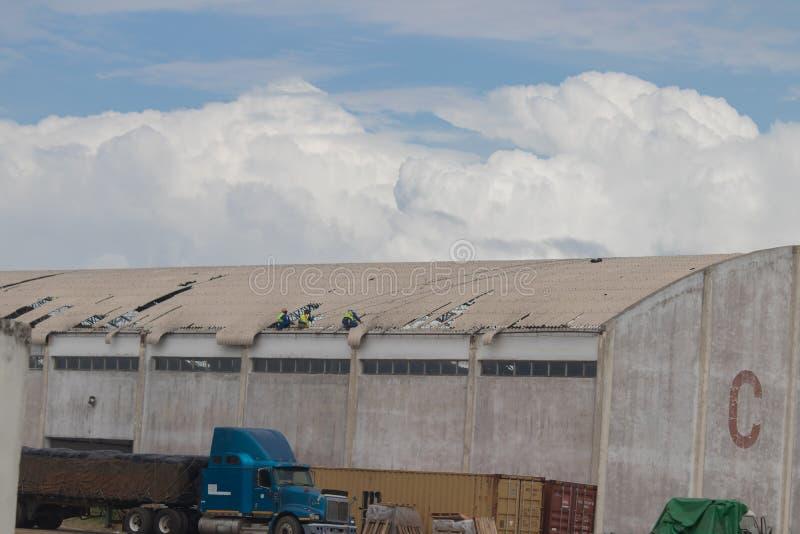 后果旋风Idai和旋风肯尼斯在莫桑比克和津巴布韦,人定象损坏了屋顶 免版税库存图片