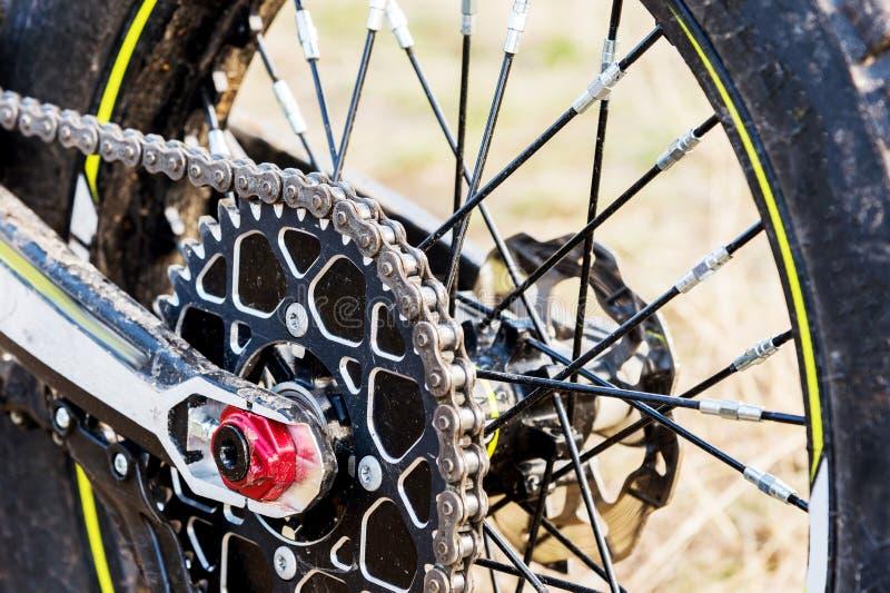 后轮摩托车试验和enduro 登上在轮子齿轮和链子与轮幅 免版税库存图片