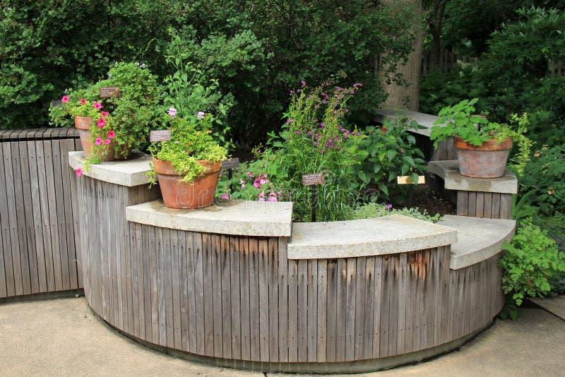 后院俏丽的区域,有庭院的在弯曲的木结构搁置 免版税库存照片