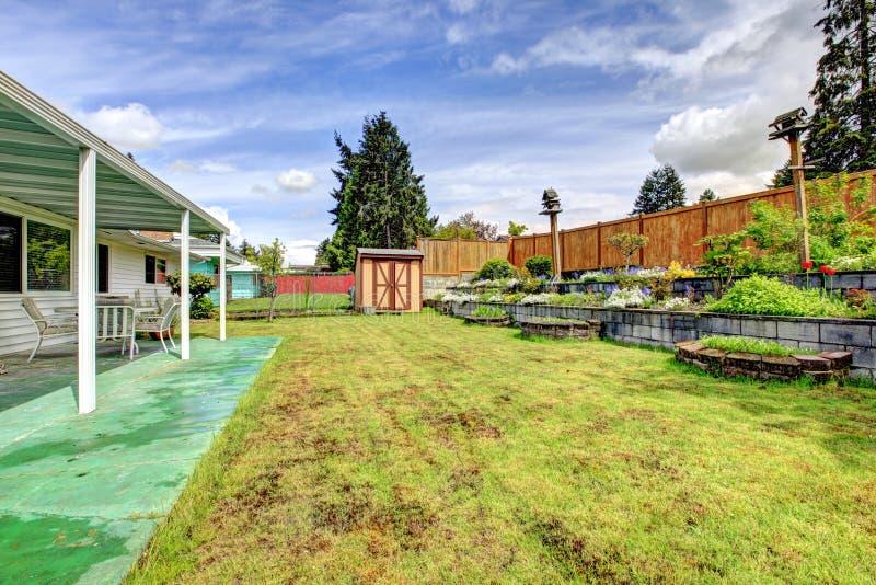 后院环境美化 与露台区域的门廊 库存照片