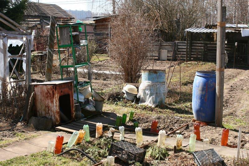后院,腐朽的俄国村庄 免版税图库摄影
