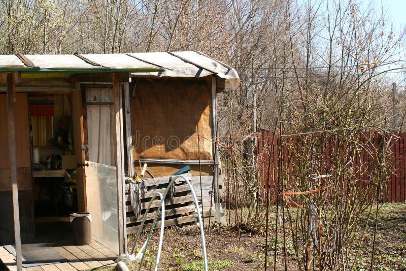 后院,腐朽的俄国村庄 免版税库存照片