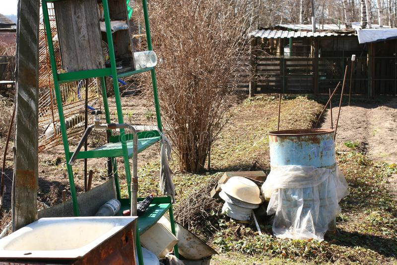 后院,腐朽的俄国村庄 免版税库存图片