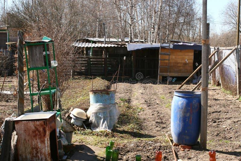 后院,腐朽的俄国村庄 库存图片