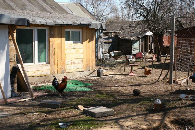 后院,腐朽的俄国村庄 库存照片