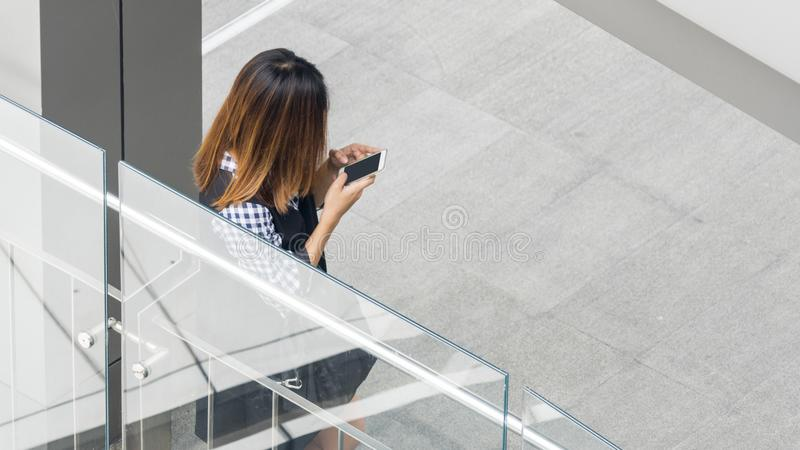 后面人妇女画象穿戴了时尚布料用途聪明的p 免版税图库摄影