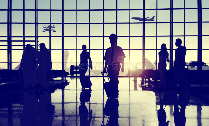 后面升商人旅行的机场乘客概念 免版税图库摄影