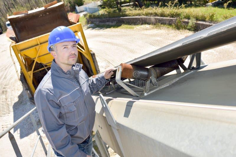 后面卡车的建筑工人 免版税库存图片